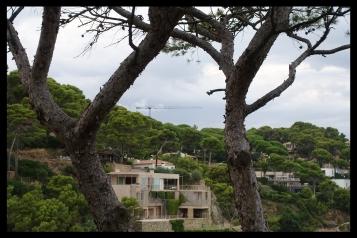 """Urbanitzacions Mas Mató i la Cala del Rei (ambdues a prop de la platja de Sa Riera). Visita molt recomanable per la gran quantitat de xalets de gran variabilitat arquitectònica que han anat apareixen en les últimes dues dècades a favor del conegut lema popular de la zona """"Més cases, Menys pins""""."""